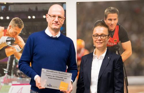 """Alf Reuter, Geschäftsführer der OTZ-Lichtenau, nimmt die offizielle Auszeichnung als """"Akkreditierter Studienort"""" von Dr. Ann-Kathrin Hömme, Leiterin des BUFA-Studiengangs, entgegen. (Foto: Abel)"""